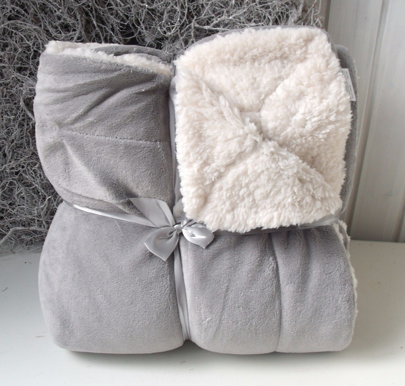 kuscheldecke alice hellgrau sofadecke 150x200 cm pl sch flausch wohn kuscheldecken decken. Black Bedroom Furniture Sets. Home Design Ideas